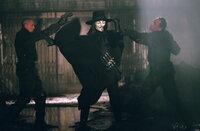 Vendetta (Hugo Weaving, M.) befindet sich in einem ständigen Kampf gegen das autoritäre Regime Großbritanniens ...