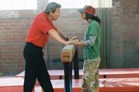 Nachdem die 17-jährige Haley Graham (Missy Peregrym, r.) erneut mit dem Gesetz in Konflikt kommt, wird sie vom Gericht zu Besserungszwecken an die Sport-Akademie des raubeinigen Trainers Burt Vickerman (Jeff Bridges, l.) geschickt. Kann das gutgehen?