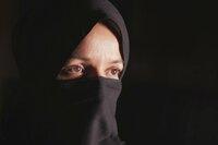 """SRF DOK: Im Schatten der Moschee Als 14jährige wurde sie mit einer Zeitehe betrogen, jetzt muss """"Mona"""" um ihr Leben fürchten  Copyright: SRF"""