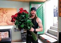 Wie man sieht, hat der harte Rocker Sven (Sasha Schmitz) auch eine romantische Ader. Dies ändert sich aber sehr schnell wieder, als er seine geliebte Freundin in flagranti erwischt ...