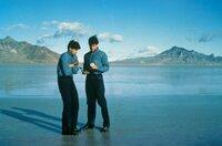 Nach der Landung in einem menschenleeren Wüstengebiet ahnen David (Michael Paré, r.) und Jim (Bobby Di Cicco, l.) nicht, dass sie soeben 40 Jahre ihres Lebens übersprungen haben - erst die Entdeckung einer Getränkedose lässt sie stutzig werden ...