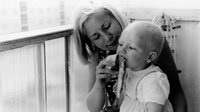 Erstbezug 1969, Eltern Mitte zwanzig. Die junge Familie Schneider hat die Neubauwohnung in der Binzer Straße nur mit Beziehungen bekommen.