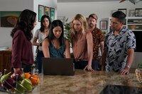 Von links: Tani Rey (Meaghan Rath), Quinn (Katrina Law), Erin (Melissa Tang), Juliet Higgins (Perdita Weeks), Orville 'Rick' Wright (Zachary Knighton) und Thomas Magnum (Jay Hernandez)