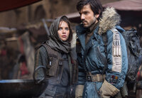 Jyn Erso (Felicity Jones, l.); Cassian Andor (Diego Luna, r.)