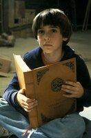 Der Träumer Bastian (Barret Oliver) versteckt sich auf dem Dachboden seiner Schule, wo er beginnt, seine Umwelt vergessend in der 'unendlichen Geschichte' zu lesen ...