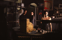 Die Leitung ist tot! Neo (Keanu Reeves, l.), Trinity (Carrie-Anne Moss, r.) und Apoc (Julian Arahanga, M.) sind in der Matrix gefangen ...