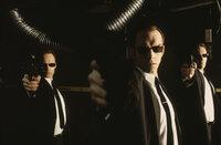 Sie sind nicht im Auftrag des Herrn unterwegs. Die Agenten Brown (Paul Goddard, l.), Smith (Hugo Weaving, M.) und Jones (Robert Taylor, r.) wollen Neo töten.