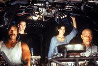 Neben Dozer (Anthony Ray Parker, l.), Trinity (Carrie-Anne Moss, 2. v. r.) und ihrem Captain Morpheus (Laurence Fishburne, r.), gehört auch Neo (Keanu Reeves, 2. v. l.)seit seiner Befreiung aus der Matrix zur Mannschaft der Nebuchadnedzar.
