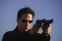 Kaum kennt er die Wahrheit über die Matrix, muss Neo (Keanu Reeves) sich mit allen Mitteln gegen seine Jäger verteidigen.