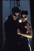Neo (Keanu Reeves, l.) und Trinity (Carrie Anne Moss, r.) müssen sich durch ein schwer bewachtes Hochhaus kämpfen, um Morpheus zu befreien. Ihr Weg führt sie in den Aufzugsschacht ...