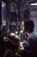 Trinity (Carrie-Anne Moss, r.) fleht Neo (Keanu Reeves, l.) an, zu fliehen. Doch er kann sie nicht hören, er ist in der Matrix ...