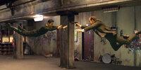 Mit seinem Erzfeind, Agent Smith (Hugo Weaving, r.) liefert sich Neo (Keanu Reeves, l.) atemberaubende Duelle.