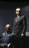 Agent Smith (Hugo Weaving, r.) foltert Morpheus (Laurence Fishburne, l.), um herauszukriegen, wo die geheime Stadt der Menschen ist.