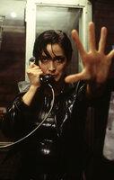 Mithilfe von Telefonleitungen können Trinity (Carrie-Anne Moss) und Co. in die Matrix hinein gehen und aus ihr entkommen.