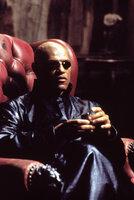 Neo trifft den mysteriösen Morpheus (Laurence Fishburne), der ihn vor eine Wahl stellt. Er kann alles, was er bisher gesehen hat, vergessen und zurückkehren in sein altes Leben als farbloser Angestellter, oder Morpheus zeigt ihm die Wirklichkeit ...