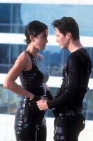 Neo (Keanu Reeves, r.) entdeckt etwas ganz Reales in der künstlichen Welt der Matrix: seine Liebe zu Trinity (Carrie Anne Moss, l.).