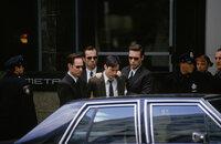 Die Agenten (Paul Goddard, l., Robert Taylor, r., und Hugo Weaving, 2. v. l.) haben in Neo (Keanu Reeves, M.) einen potenziellen Unruhestifter ausgemacht ...