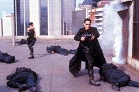Allein gegen alle: Auch auf dem Dach werden Neo (Keanu Reeves, r.) und Trinity (Carrie-Anne Moss, l.) von Polizisten erwartet.