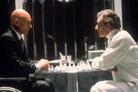 """Nicht nur beim Schachspiel unversöhnliche Gegner: Professor Charles Francis Xavier (Patrick Stewart, l.) und der verbitterte Mutant Erik Magnus Lehnsherr alias """"Magneto"""" (Ian McKellen, r.) ..."""