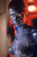 Die Metamorphin Mystique (Rebecca Romijn-Stamos) gehört zur finsteren Bruderschaft um Magneto, die die Weltherrschaft an sich reißen will.