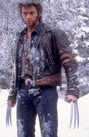 In einer Welt voller Hass und Vorurteile gehört er mit seinen sechs Klauen zu den ausgestoßenen Einzelgängern: Wolverine (Hugh Jackman) verfügt über besondere Kräfte, weil sein Skelett mit unzerstörbarem Metall überzogen ist.