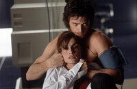 Wolverine (Hugh Jackman, r.) nimmt Dr. Jean Grey (Famke Janssen, l.) als Geisel.
