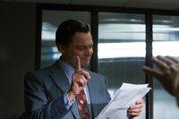 Jordans (Leonardo DiCaprio) Siegeszug scheint nicht zu stoppen zu sein, doch dann wird er übermütig. Von unstillbarer Gier getrieben und mit dem Gefühl der Unbesiegbarkeit, lässt er sich auf illegale Geschäfte ein, die schon bald die Justiz auf den Plan rufen ...