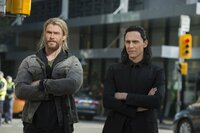Thor (Chris Hemsworth, l.); Loki (Tom Hiddleston, r.)