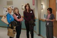 Als Christy sich nach einem Ohnmachtsanfall im Krankenhaus wiederfindet, will sie sofort wieder gehen und zu ihrer Abschlussprüfung fahren. Doch Jill (Jaime Pressly, l.), Marjorie (Mimi Kennedy, 2.v.l.), Bonnie (Allison Janney, 2.v.r.) und Wendy (Beth Hall, r.) haben etwas dagegen ...