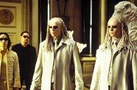 Unglücklicherweise wird der geheimnisvolle Schlüsselmacher von den hemmungslosen Zwillingen (Neil und Adrien Rayment) bewacht, die die Gabe besitzen, wie Gespenster jederzeit verschwinden und wieder auftauchen zu können ...