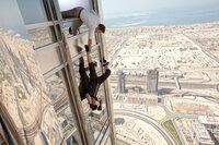 Bei dem Einsatz für die Menschheit sind William Brandt (Jeremy Renner, oben) und Ethan Hunt (Tom Cruise, unten) auf dem höchsten Turm der Welt unterwegs. Wird die Luft da oben zu knapp für die beiden?