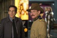 Nachts im Museum sind Larry (Ben Stiller, l.) und Teddy Roosevelt (Robin Williams, r.) ein unschlagbares Team, bevor sich Teddy bei Sonnenaufgang wieder in eine Wachsfigur verwandelt ...