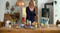 Daniela Biffl führt Lebensmittelverpackungen vor.