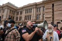 Gallionsfigur des Protestes gegen den Lockdown im Corona-Hotspot Texas: der rechte Radiomoderator Alex Jones bei einer Demonstration in Austin am 18. April 2020.