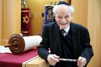 """Rabbiner William """"""""Willy"""""""" Wolff neben der Thorarolle in der Neuen Synagoge Schwerin"""