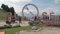 Auf dem Plose, dem Hausberg von Brixen am Rande der Dolomiten: Blick auf den Plose Looping an der Bergstation der Kabinenbahn - ein überdimensionales Looping aus Holz, in dem man auf einem befestigten Mountainbike den wohl höchsten Überschlag der Welt drehen kann.