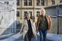 """Viola Delbrück (Yvonne Catterfeld) und Burkhard """"Butsch"""" Schulz (Götz Schubert) ermitteln am ehemaligen Kondensatorenwerk."""