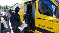 Schwerbewaffnete Polizisten beim Abtransport von Bargeld, dass eine Clan-Familie in einem Wohnhaus gebunkert hatte.