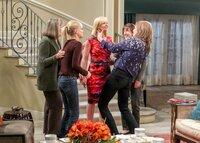 Marjorie (Mimi Kennedy, l.), Christy (Anna Faris, 2.v.l.), Wendy (Beth Hall, 2.v.r.) und Bonnie (Allison Janney, r.) sind mehr als erstaunt, als Jill (Jaime Pressly, M.) von ihrem Wellness-Ausflug vollkommen erschlankt zurückkommt ...