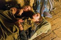 Emmy (Anna Bachmann) und Clara (Luise Befort) planen einen Fluchtversuch. (v.l.)