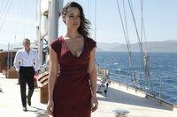 Bond (Daniel Craig) und Severine (Bérénice Lim Marlohe) auf einer Jacht. Sie sind auf dem Weg zu einem Treffen mit Silva.