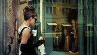 Nach dem Zweiten Weltkrieg erlebte die Pariser Haute Couture eine außerordentliche Erneuerung, die durch den New Look von Dior, die Eleganz von Givenchy, den Stil von Chanel und die Raffinesse von Balenciaga geprägt war. Es war sowohl das goldene Zeitalter der Haute Couture als auch ihr Abgesang - der endgültige Glanz einer vergangenen Welt.   Die Verwendung des sendungsbezogenen Materials ist nur mit dem Hinweis und Verlinkung auf TVNOW gestattet.