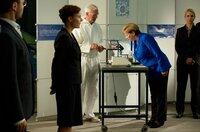 Angela Merkel (Imogen Kogge) im Blitzlichtgewitter.