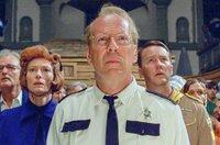Konfrontation zwischen der Welt der Kinder und den Erwachsenen im Film (v.l.): Mr. Bishop (Bill Murray), die Mitarbeiterin vom Jugendamt (Tilda Swinton), Captain Sharp (Bruce Willis), Scout Master Ward (Edward Norton) und Mrs. Bishop (Frances McDormand)