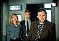 Das eingespielte Ermittlertrio von Brokenwood: Detective Mike Shepherd (Neill Rea, re.) mit Assistentin Kristin Sims (Fern Sutherland) und D.C Breen (Nic Sampson)