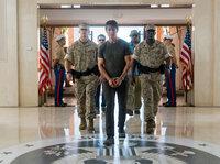 Vom Syndikat wird Ethan Hunt (Tom Cruise, M.) festgenommen, als er von einer heiklen Mission zurückkehrt. Die Organisation ahnt nicht, dass er sich nicht so leicht unterkriegen lässt ...