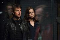 Da Ilsa (Rebecca Ferguson, r.) ihn um den Finger gewickelt hat, hilft Hunt (Tom Cruise, l.) ihr einen USB-Stick mit geheimen Daten zu stehlen. Er ahnt nicht, welche Folgen das mit sich bringt ...