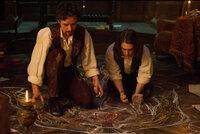 Der Medizin-Student Victor Frankenstein (James McAvoy, l.) beschäftigt sich mit sonderbaren Experimenten. Als er den jungen Igor (Daniel Radcliffe, r.) als Assistenten engagiert, merkt dieser schnell, dass Frankenstein irgendwo zwischen Genie und Wahnsinn schwebt ...