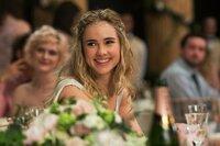 Während Bethany (Suki Waterhouse) an ihrer Hochzeit mit Alex den schönsten Tag ihres Lebens hat, ist es für Rosie eher ein absoluter Alptraum ...