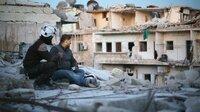Ein nachdenklicher Blick über die Heimatstadt: Protagonist Khaled mit einem Kollegen der Weißhelme.